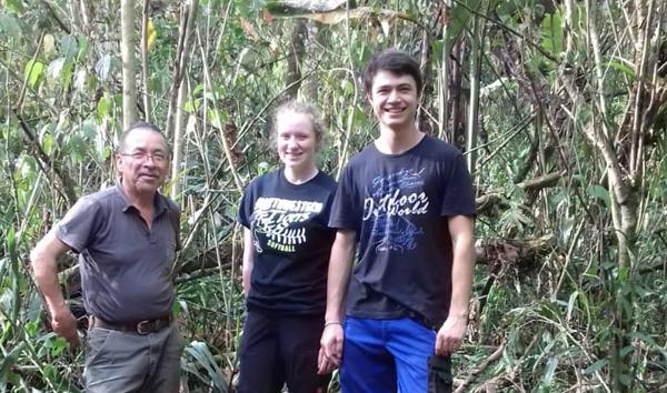Pedro Peñafiel, Sarah Stöhr und Ruben Dürr beim Bau einer Wurmzucht im Umweltzentrum Mindo Lindo.