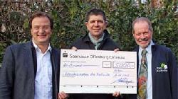 Die Vogelfreunde Achern e. V. überreichen im Rahmen der Kooperation einen Scheck zum Bau von Zuchtvolieren.