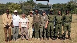Besuch vor Ort in Kenia, Frau Bierbaum (Artenschutzstiftung Zoo Karlsruhe) mit Vertretern des WWF, des Schutzgebietes und Rangern