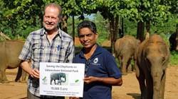 Dr. Clemens Becker, Artenschutzstiftung Zoo Karlsruhe, übergibt einen Scheck zur Finanzierung von vier Halsbändern an Nationalparkdirektor Dr. Vichita Pereira.